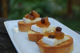 Toasts, Brie and chutney